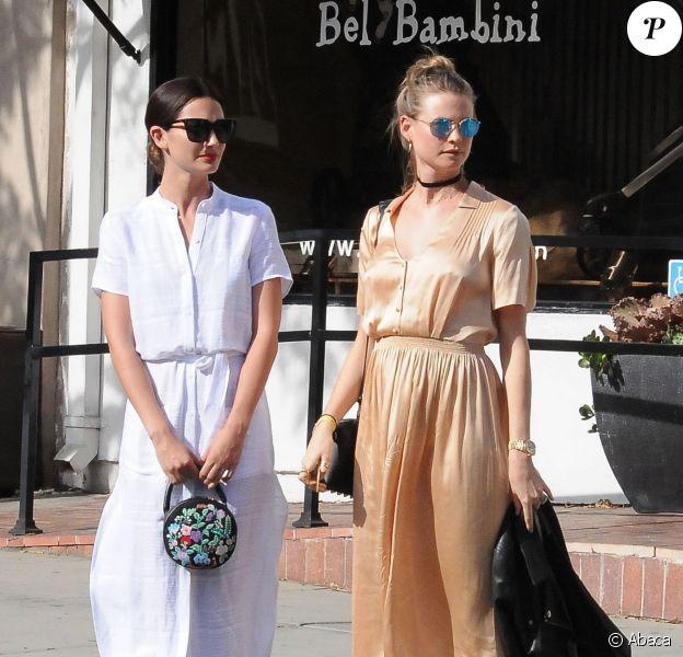 Lily Aldridge et sa copine Behati Prinsloo enceinte font les boutiques à West Hollywood, le 5 avril 2016