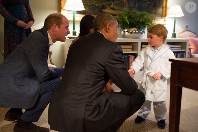 Barack et Michelle Obama ont été reçus par le duc et la duchesse de Cambridge et le prince Harry au palais de Kensington, leur résidence à Londres, le 22 avril 2016 pour un dîner privé dans le cadre de leur visite d'Etat au Royaume-Uni. Ils rencontrent le prince George
