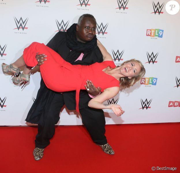 Magloire et Enora Malagré, dans les coulisses du combat de catch WWE LIVE Revenge à l'AccorHotels Arena à Paris, le 22 avril 2016.