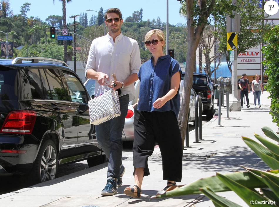 Jennie Garth et son mari David Abrams se rendent dans la boutique Marshall avant d'aller déjeuner à Los Angeles, le 22 avril 2016.