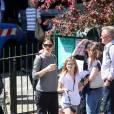 Exclusif - Jennifer Garner en touriste à Paris avec ses enfants, Violet, Seraphina et Samuel le 6 mai 2016. Elle commence son périple Place de la concorde devant l'Obélisque puis fait un tour de Grande Roue. Pas de passe droit négocié, l'actrice et ses enfants font la queue avec les autres touristes. Ensuite, la famille, sans Ben Affleck, se dirige vers Montmartre où les enfants font un tour de Manège. Jennifer monte avec eux pour immortaliser ce moment de récréation avec son téléphone portable, puis ils se dirigent vers la Basilique du Sacré-Coeur de Montmartre. Jennifer en sort visiblement très émue et la petite Seraphina très fatiguée puisqu'elle finit endormie sur le dos de sa mère.