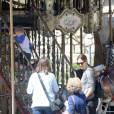 Semi-Exclusif - Jennifer Garner en touriste à Paris avec ses enfants, Violet, Seraphina et Samuel le 6 mai 2016. Elle commence son périple Place de la concorde devant l'Obélisque puis fait un tour de Grande Roue. Pas de passe droit négocié, l'actrice et ses enfants font la queue avec les autres touristes. Ensuite, la famille, sans Ben Affleck, se dirige vers Montmartre où les enfants font un tour de Manège. Jennifer monte avec eux pour immortaliser ce moment de récréation avec son téléphone portable, puis ils se dirigent vers la Basilique du Sacré-Cœur de Montmartre. Jennifer en sort visiblement très émue et la petite Seraphina très fatiguée puisqu'elle finit endormie sur le dos de sa mère.  Semi Exclusive - No Web No Blog for Belgique / Suisse For Germany, please call for price. Jennifer Garner tourist in Paris with her children Violet , Seraphina and Samuel May 6, 2016 . It begins its journey Square concord to the Obelisk and a tour of Big Wheel . No negotiated right pass , actress and children queue with other tourists. Then the family without Ben Affleck, goes to Montmartre where the children a ride Carousel . Jennifer goes with them to capture the moment of recreation with his cell phone and then they head to the Basilica of the Sacred Heart of Montmartre. Jennifer visibly out very moved and very tired little Seraphina because eventually fell asleep on the back of his mother .06/05/2016 - Paris