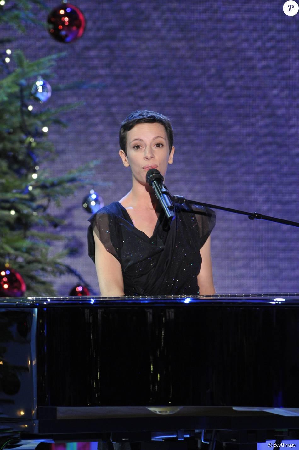 """Emily Loizeau à l'enregistrement de l'emission """"Vivement Dimanche"""" à Paris le 19 décembre 2012"""