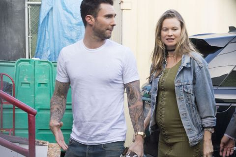 Behati Prinsloo enceinte et au naturel : L'épouse d'Adam Levine s'arrondit...
