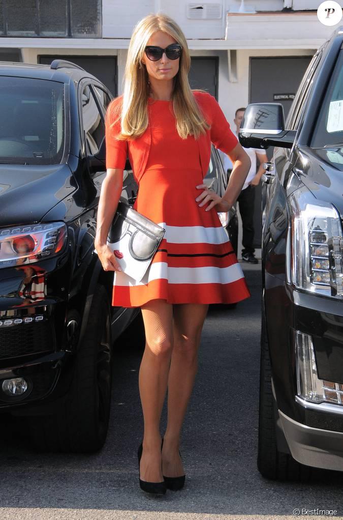 Paris hilton porte une jolie robe rouge la sortie du for Salon de coiffure mantes la jolie