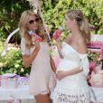 Paris Hilton a publié une photo de la baby-shower de sa soeur Nicky Hilton, enceinte d'une petite fille, sur sa page Instagram. L'événement s'est déroulé vendredi 13 mai dans les jardins de l'hôtel Bel Air à Beverly Hills. Les parents de la future maman, Richard et Kathy Hilton, étaient présents de même que sa tante Kim Richards et La Toya Jackson.