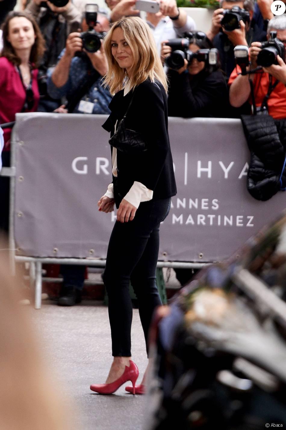 Vanessa Paradis au Martinez, porte une veste et un chemisier Chanel, un jean noir et des chaussures fuchsia. Cannes, le 10 mai 2016.