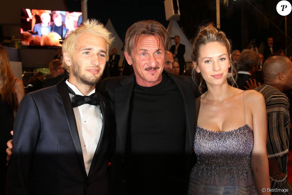 "Sean Penn et ses enfants Hopper Jack Penn et Dylan Penn - Descente des marches du film ""The Last Face"" lors du 69ème Festival International du Film de Cannes. Le 20 mai 2016. © Olivier Borde-Cyril Moreau/Bestimage"