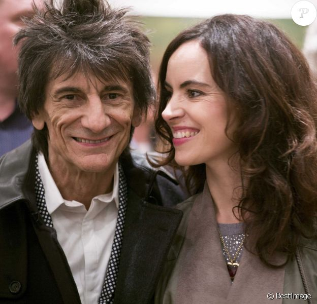 Ronnie Wood (Ron Wood) et sa femme Sally Humphreys au Royal College of Art pour remettre un prix à la NOA (National Open Art) à Londres le 21 octobre 2015
