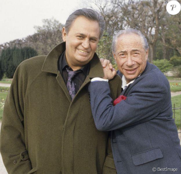 Pierre Grimblat et Roger Hanin posant amicalement à Paris en 1990.