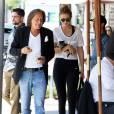 Gigi Hadid rejoint son père Mohamed Hadid après avoir déjeuné au restaurant avec Joe Jonas à Beverly Hills, le 15 juin 2015.