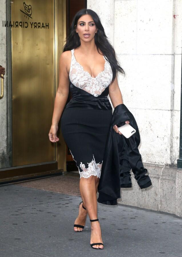 Kim Kardashian quitte le restaurant Harry Cipriani à New York, habillée d'une robe Céline (collection printemps-été 2016), d'une veste August Getty Atelier et de sandales Manolo Blahnik. Le 5 juin 2016.