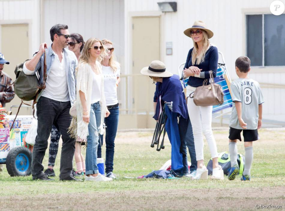 Eddie Cibrian et sa femme LeAnn Rime encouragent, Jake (fils de Eddie) lors d'un match de football à Woodland Hills. Brandi Glanville (ex femme de Eddie et mère de Jack) est aussi de la partie! Le 15 mai 2016