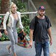 Liam Hemsworth et sa petite-amie Miley Cyrus prennent un vol à Brisbane en Australie le 1er mai 2016