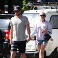 Liam Hemsworth et sa petite-amie Miley Cyrus vont prendre le petit-déjeuner à Byron Bay en Australie, le 28 avril 2016