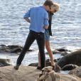 Exclusif - Taylor Swift et son nouveau compagnon Tom Hiddleston, de 10 ans son aîné, passent un moment assis sur les rochers, en amoureux, face à la mer. Les 2 tourtereaux s'enlacent, s'embrassent et posent pour quelques selfies. Westerly, Rhode Island, le 13 juin 2016.