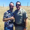 Jarry prend la pose avec le policier qui l'a arrêter aux Etats-Unis. Le 16 juin 2016.