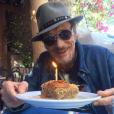 Johnny Hallyday souffle une bougie le 16 juin 2016.