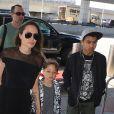 Angelina Jolie arrive à l'aéroport JFK de New York pour prendre un vol pour Los Angeles avec ses enfants Knox-Leon et Maddox le 21 juin 2016.