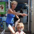 """Rebecca Hampton et sa fille Elea à la 5ème fête du """"Pointu"""" au Grau d'Agde le 25 juin 2016. © Robert Fages / Bestimage  No Web No Blog en Suisse / Belgique25/06/2016 - Grau-d'Agde"""