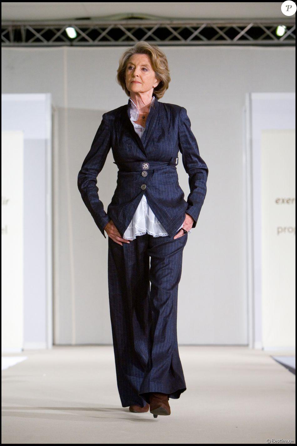 Nicole courcel defile de mode exercice de style lors du for Porte de versailles salon des seniors