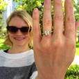 Emilie de Ravin est fiancée à Eric Bilitch. Elle vient de dévoiler une photo de sa bague sur Instagram. Juillet 2016.