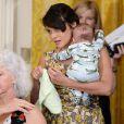 Norah Jones avec son fils lors d'un événement en marge de la Fête des mères à la Maison-Blanche, le 12 mai 2014.