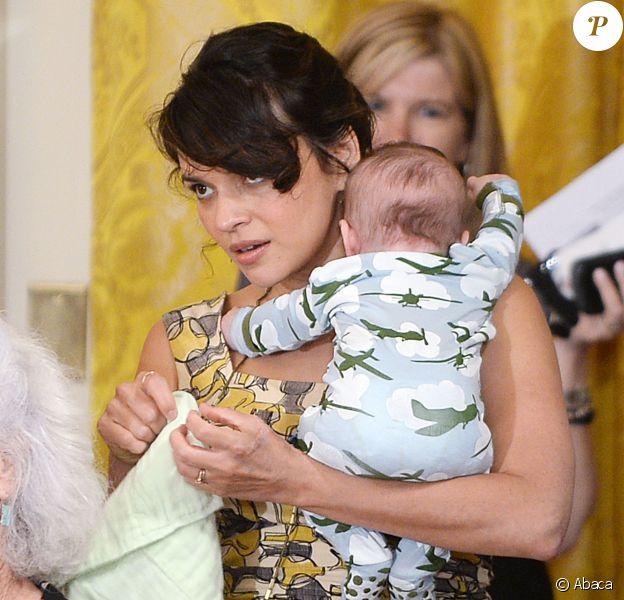 La star Norah Jones avec son fils de 3 mois lors d'un concert à la Maison-Blanche, le 12 mai 2014.