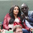 Mamadou Sakho et sa femme Majda (enceinte) dans les tribunes du tournoi de tennis de Roland Garros à Paris le 31 mai 2015.