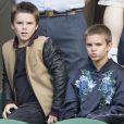Cruz Beckham et son frère Romeo Beckham dans les tribunes du tournoi de tennis de Wimbledon le 6 juillet 2016. © Stephen Lock/i-Images via ZUMA Wire/Bestimage