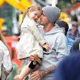 Exclusif - Prix Spécial - David Beckham sort déjeuner au restaurant Grainger & Co à Londres avec ses enfants Harper et Brooklyn. Les première images montrent que David Beckham n'est pas seulement une star du football ou de la mode. Il est un papa attentionné et câlin avec la jeune Harper. Il s'est aperçu que la petite a perdu une chaussure et la porte pour protéger son petit pied.