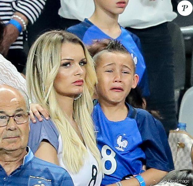 Ludivine Payet (Femme de Dimitri Payet) et son fils Noa après le match de la finale de l'Euro 2016 Portugal-France au Stade de France à Saint-Denis, France, le 10 juillet 2016. © Cyril Moreau/Bestimage