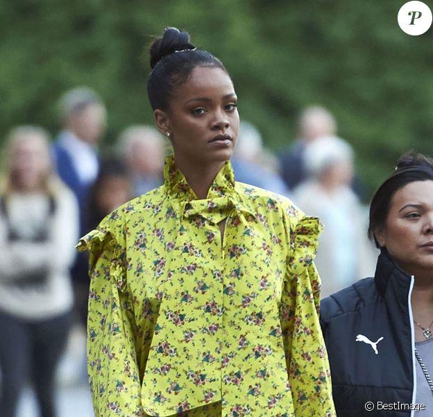 Rihanna est allée diner à Stockholm. Accompagnée de ses gardes du corps, elle a marché jusqu'au restaurant en découvrant la ville. Le 5 juillet 2016