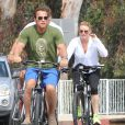 Arnold Schwarzenegger et sa compagne Heather Milligan se promènent à vélo dans les rues de Beverly Hills. Le 2 août 2015