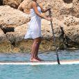 Exclusif - Jessica Alba passe de jolies vacances en famille à Lahaina à Hawaii. Elle profite de quelques moments romantiques à la plage avec son mari Cash Warren et fait du paddle. Le 15 juillet 2016.