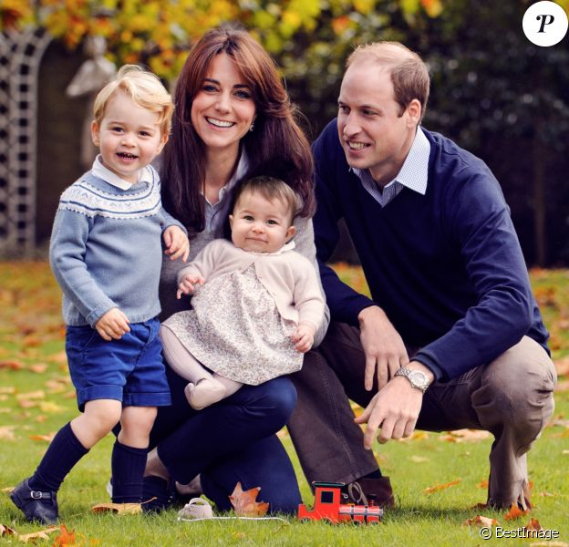 Le prince William, la duchesse Catherine de Cambridge et leurs enfant le prince George et la princesse Charlotte dans les jardins du palais de Kensington en octobre 2015.