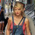 Taylor Swift sort de son appartement pour revenir quelques minutes après à New York City, New York, Etats-Unis, le 8 août 2016.