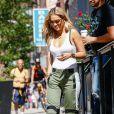 Rita Ora de sortie à New York, porte un body ATM, un pantalon rag & bone (modèle Banx) et des chaussures Tom Ford. Le 9 août 2016.
