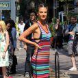 Alessandra Ambrosio vue en plein tournage à Rio de Janeiro, porte une robe Tommy Hilfiger (collection printemps-été 2016). Le 9 août 2016.