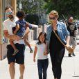 Katherine Heigl (enceinte) fait du shopping en famille avec son mari Josh Kelley et ses filles Adalaide et Nancy à Glendale le 13 aoiut 2016.