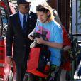 Frances Bean Cobain récupère une guitare accompagnée de son mari Isaiah Silva à Los Angeles le 16 janvier 2014.