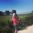 La fille de Sarah Ourahmoune, sans doute sur les épaules de son père, Francky. Photo postée par la boxeuse sur son compte Instagram, le 26 août 2016.
