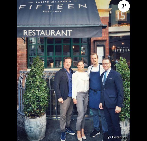 La princesse Victoria et le prince Daniel de Suède au restaurant Fifteen à Londres le 30 août 2016, en compagnie de Jamie Oliver et de son chef suédois Robbin. Photo Instagram Jamie Oliver.