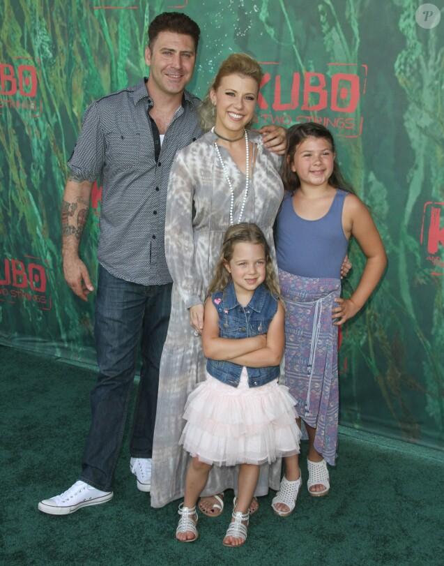 """Jodie Sweetin, son fiancé Justin Hodak et ses filles Zoie Laurel May Herpin et Beatrix Carlin Sweetin Coyle lors de la première de """"Kubo and the Two Strings"""" à Universal City, le 14 août 2016."""