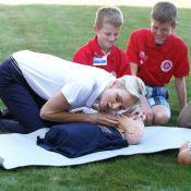 Charlene de Monaco, à genoux dans l'herbe, enseigne les gestes qui sauvent...
