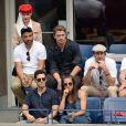 Oscar Isaac, Garrett Hedlund, Jon Hamm et Justin Bartha et sa femme Lia Smith dans la loge Emirates lors des demi-finales hommes à l'US Open à New York le 9 septembre 2016.