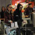 Cara Delevingne et sa compagne Annie Clark (St. Vincent) arrivent à l'aéroport Roissy-Charles-de-Gaulle à Roissy en France le 28 février 2016.