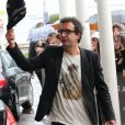 Cyrille Eldin (Eldin Reporter) devant son hôtel avec des fans à Cannes lors du 69e Festival International du Film de Cannes le 14 mai 2016