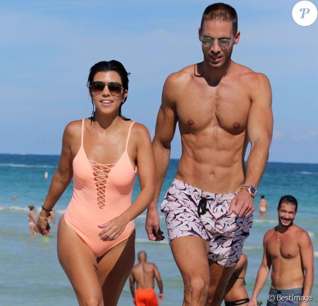 Kourtney Kardashian se baigne sur une plage à Miami en compagnie de Simon Huck, le 17 septembre 2016