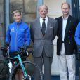 """Le duc d'Edimbourg et le prince Edward ont souhaité bonne chance à la comtesse Sophie de Wessex et ses compagnons de route au départ le 19 septembre 2016 de leur périple à vélo, le """"DofE Diamond Challenge"""", depuis le palais Holyroodhouse à Edimbourg jusqu'au palais de Buckingham, pour le 60e anniversaire du Duke of Edinburgh's Award Scheme."""